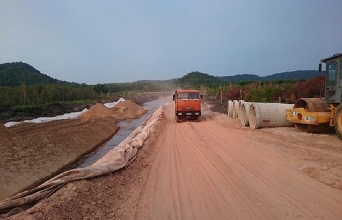Các tuyến đường quanh đảo đang được đầu tư và cải thiện