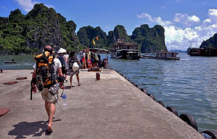Hạ Long hút khách nhờ phát triển du lịch và bất động sản